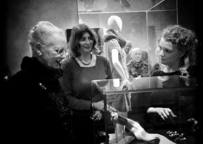 """Dronning Margrethe 2., Nina Hald og Bodil Binner med Mademoiselle Sade til åbningen af udstillingen """"Perler"""" på Rosenborg Slot, arrangeret af Nina Hald og Bodil Binner. Fotograf: Les Kaner"""